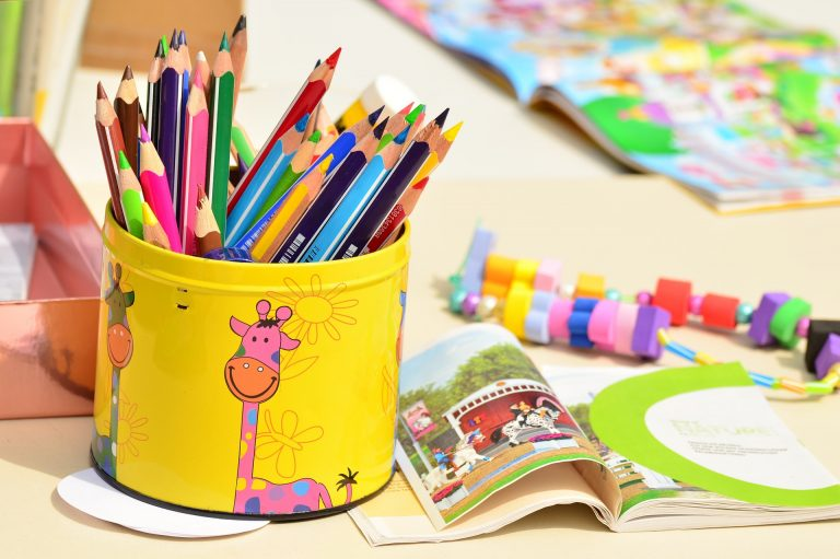 Boite de crayons de couleur pour atelier créatif