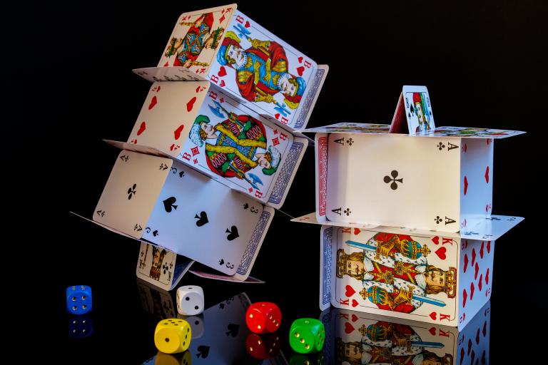 Cartes de jeux et dés
