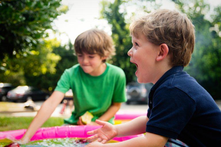 enfants jouant à l'extérieur
